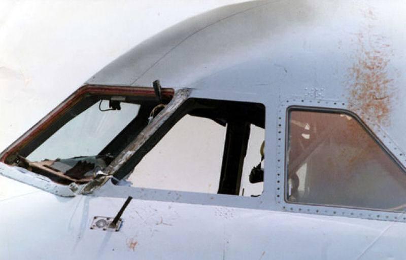 Comandante ficou com metade do corpo para fora do aviao