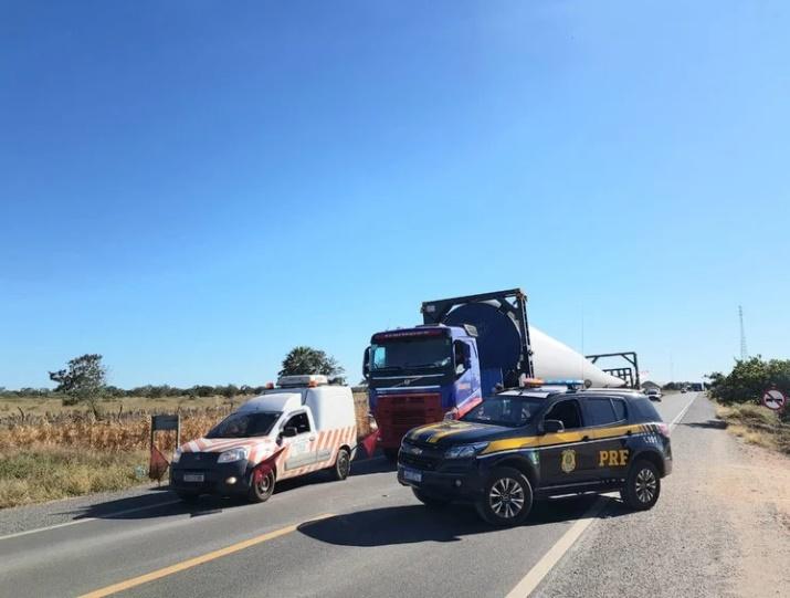 Pá eólica sendo escoltada pela PRF em rodovia do Piauí - Foto: Divulgação/PRF