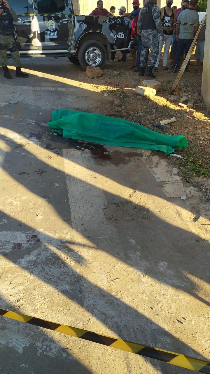 Homem morto embaixo de viaduto na zona Sul de Teresina - Foto: Ivan Lima/ Meio NorteHomem morto embaixo de viaduto na zona Sul de Teresina - Foto: Ivan Lima/ Meio Norte