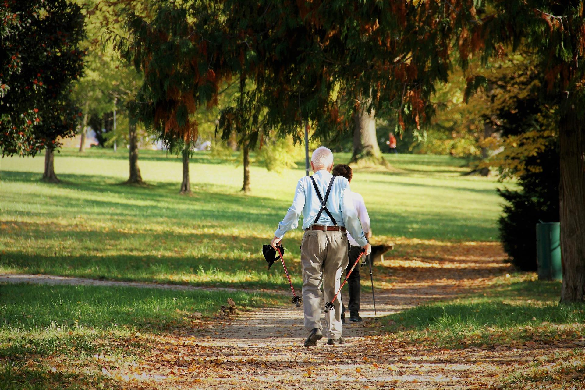 Pacientes com Parkinson têm dificuldade para ultrapassar obstáculos ao caminhar- Foto: Pixabay