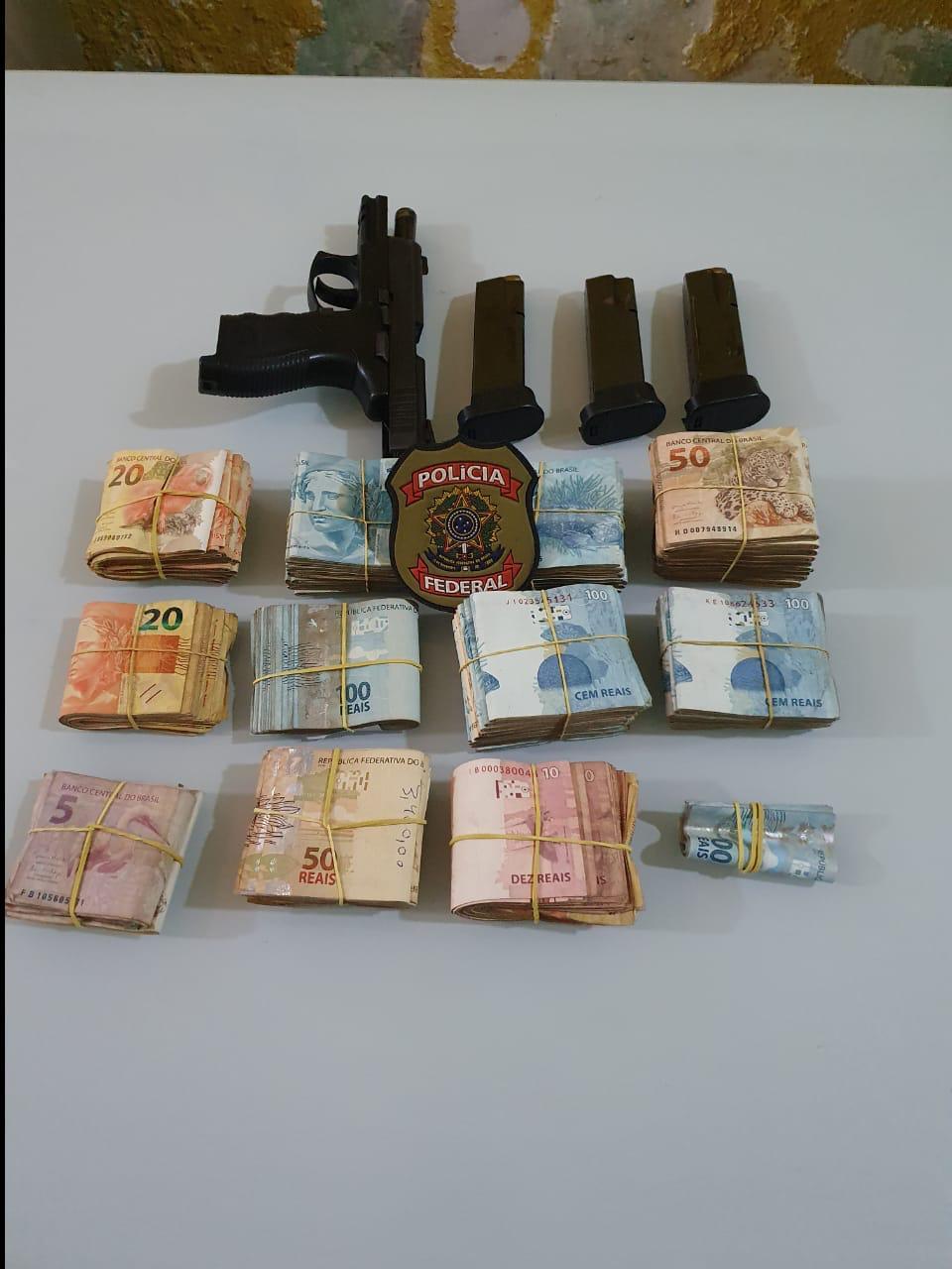 Dinheiro e armas foram apreendidas durante operaçao