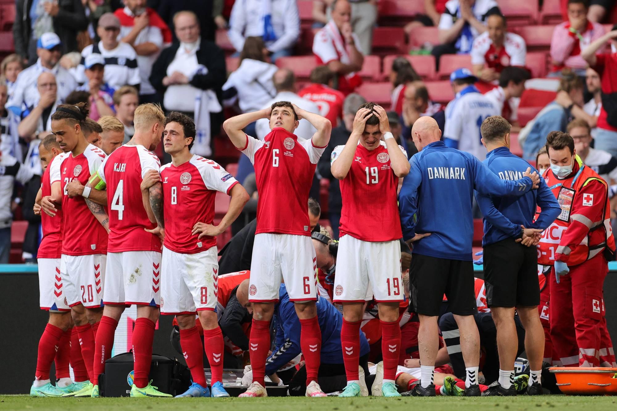 Jogadores da Dinamarca ficaram em volta do atleta enquanto médicos o ressuscitavam - Foto: Pool/Via AFP-JIJI