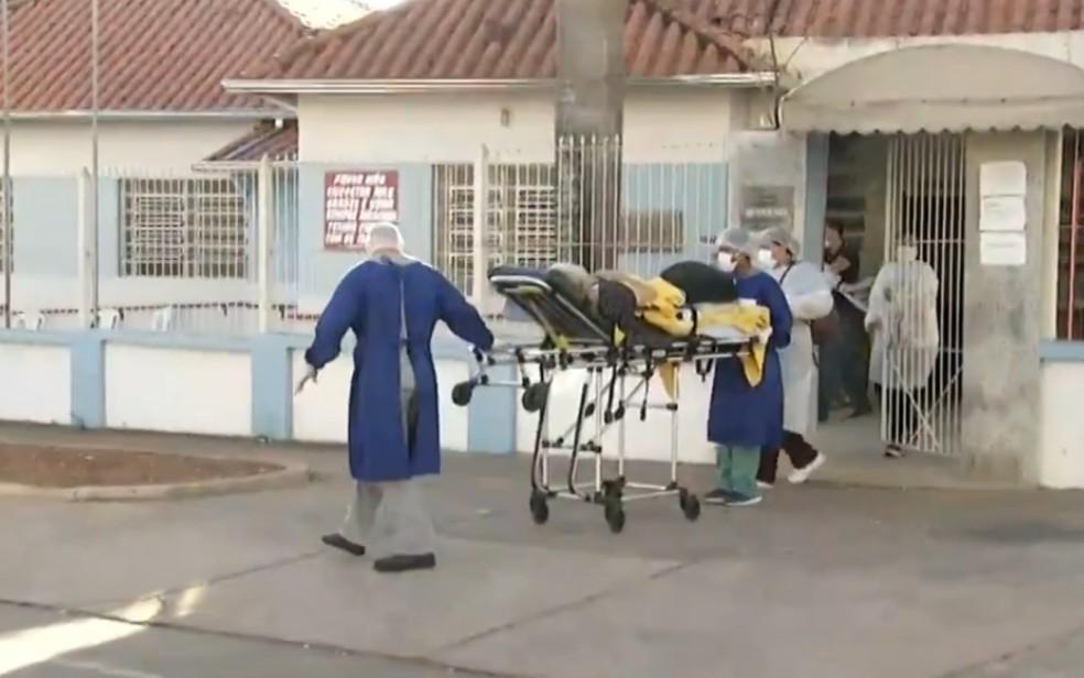 Idosa é transferida para hospital com Covid-19 (Foto: Reprodução TV Anhanguera)
