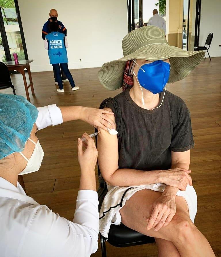 Fernanda Torres se vacinou contra Covid e explicou decisão de vacina - Foto: Instagram