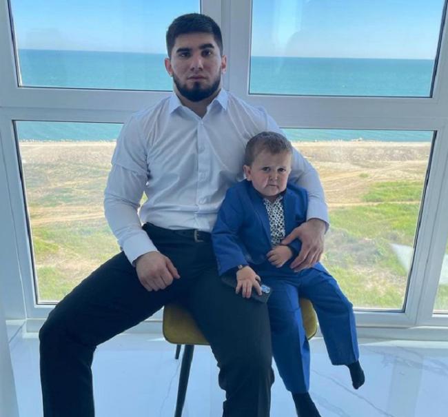 Hasbulla Magomedov e o amigo - Foto: Reprodução/Instagram
