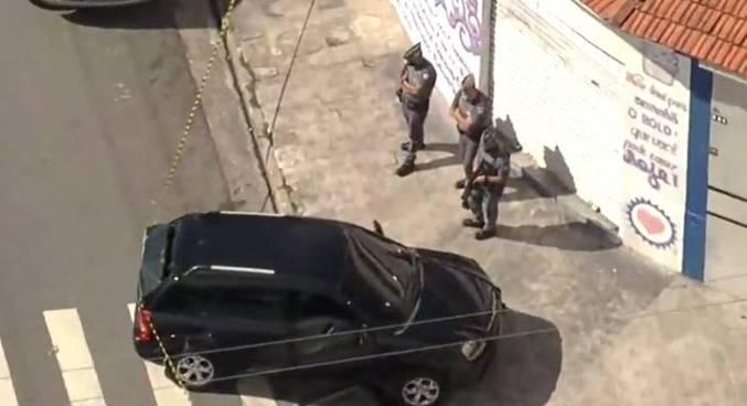Policiais em perseguição aos suspeitos. (Foto: Reprodução - Rede Record)