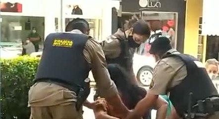 Mulher sendo abordada por policiais. (Foto: Reprodução - Rede Record)