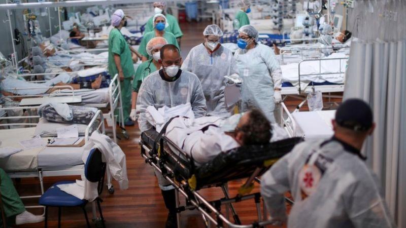 Com 416 novos casos de covid a cada 100 mil habitantes, Brasil está longe de figurar no limite máximo exigido pela União Europeia para permitir entrada de turistas imunizados - Foto: REUTERS/AMANDA PEROBELLI