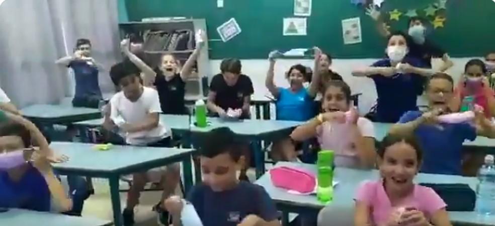 Crianças comemoram vacinação em Israel