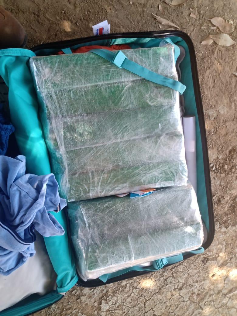 17 tabletes de maconha foram encontrados na mala da suspeita - Foto: Divulgação/SSP-PI