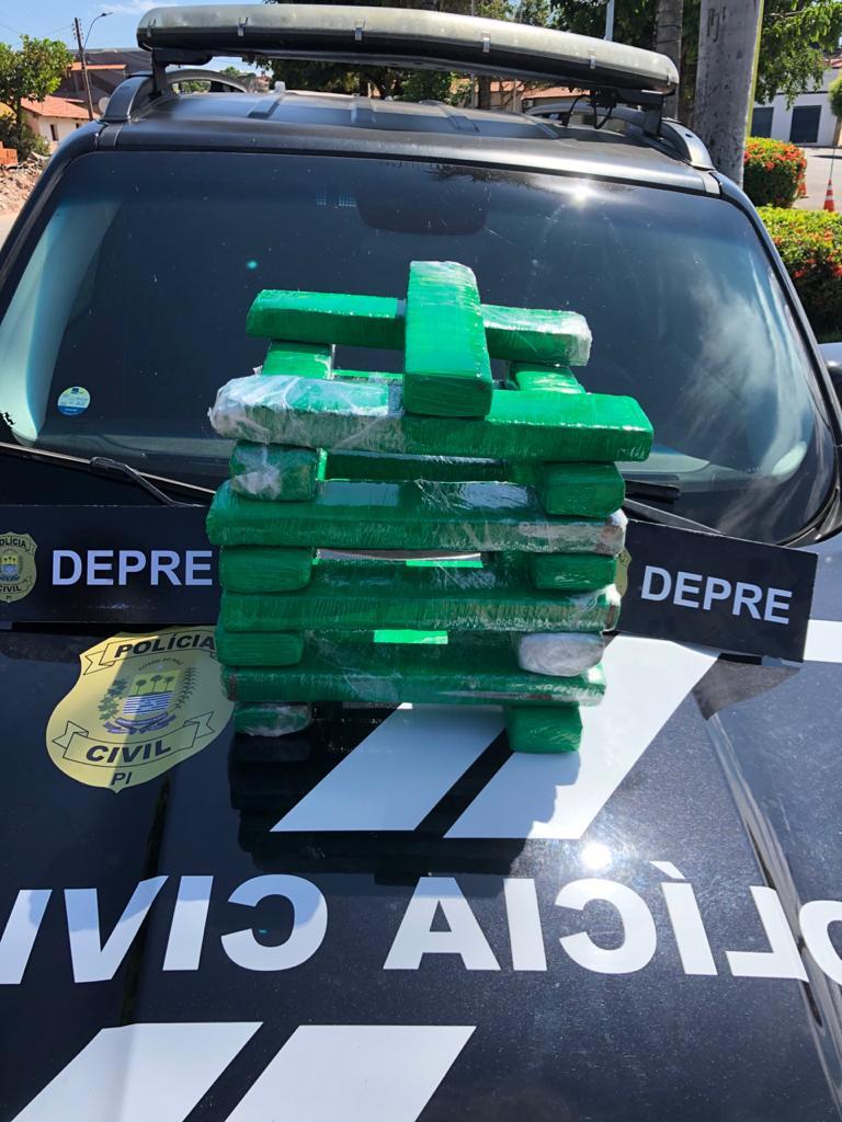 Droga e acusada foram conduzidos até a delegacia - Foto: Divulgação/SSP-PI