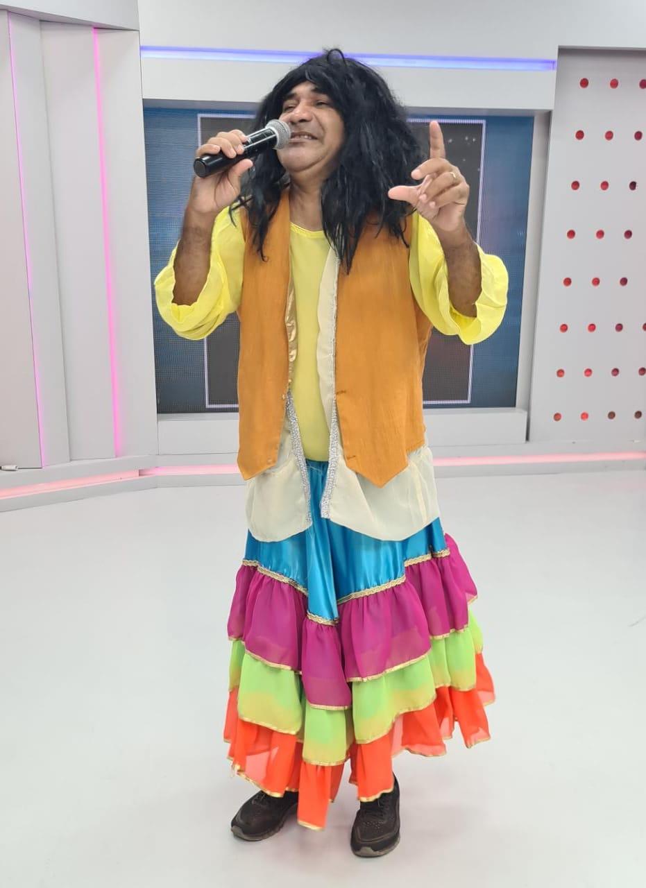 Chupetinha interpreta a cantora Maria Bethânia, que completa hoje 75 anos - Imagem 1