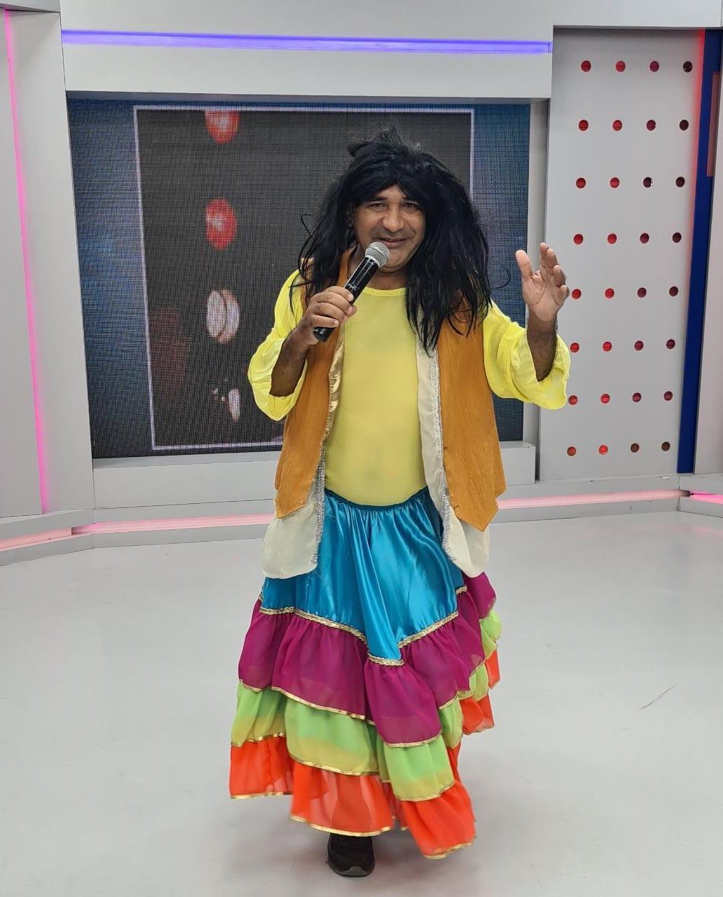 Chupetinha interpreta a cantora Maria Bethânia, que completa hoje 75 anos - Imagem 2