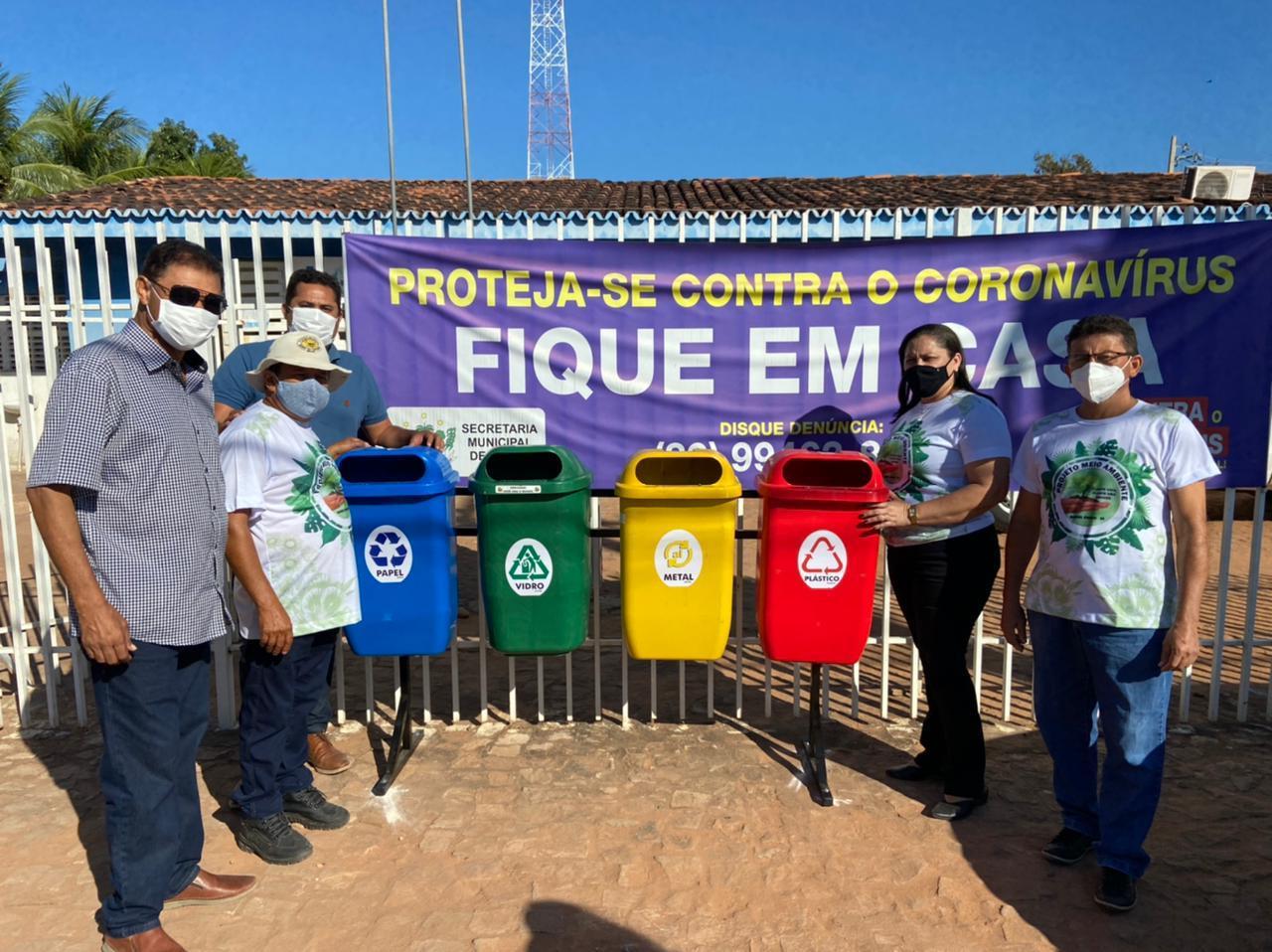 Manoel Emídio - Secretarias abre projetos e faz distribuição de lixeiras - Imagem 5