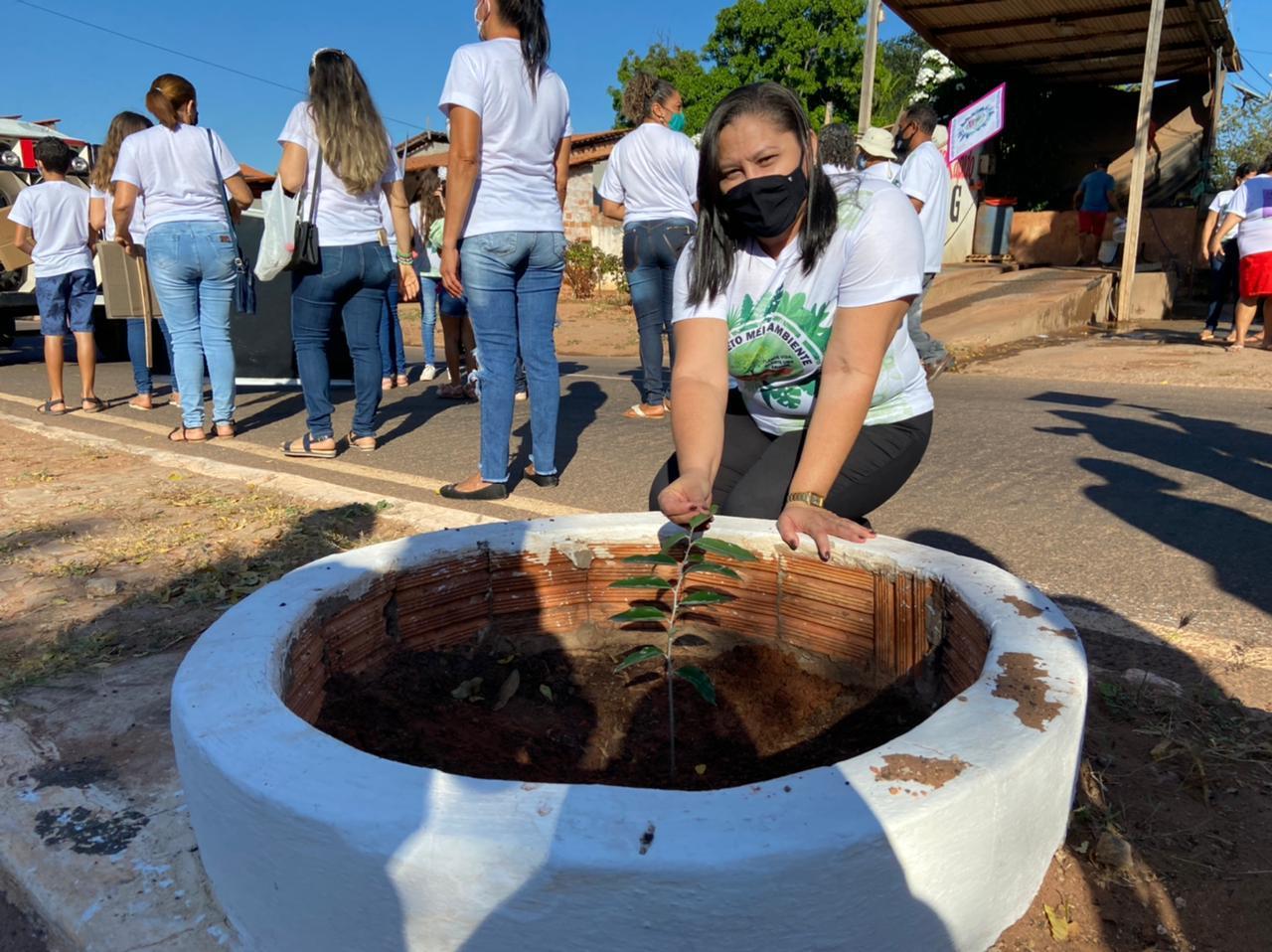 Manoel Emídio - Secretarias abre projetos e faz distribuição de lixeiras - Imagem 1