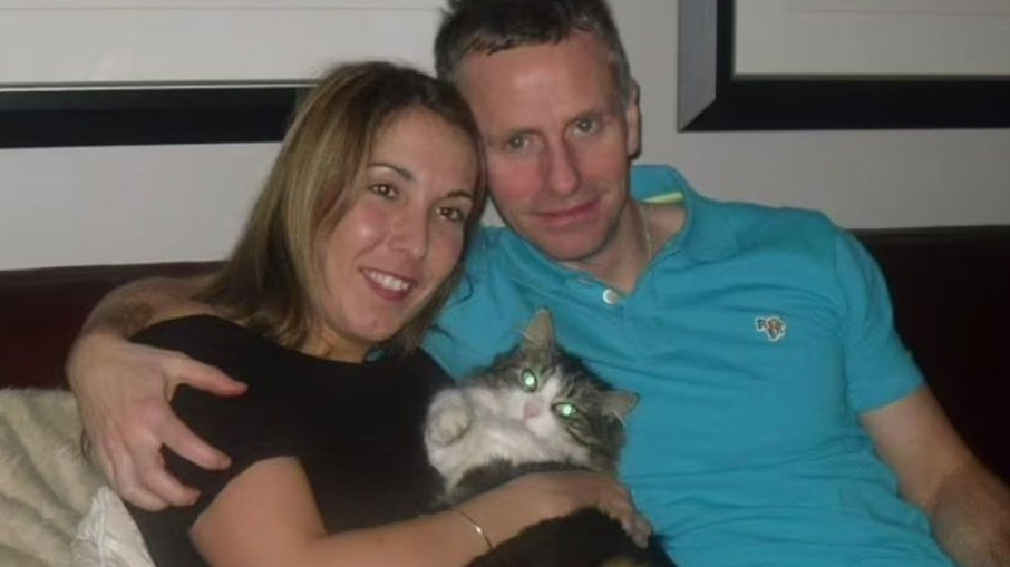 Rachel, ao lado do marido e o gatinho ressurgido das cinzas - Foto: Reprodução
