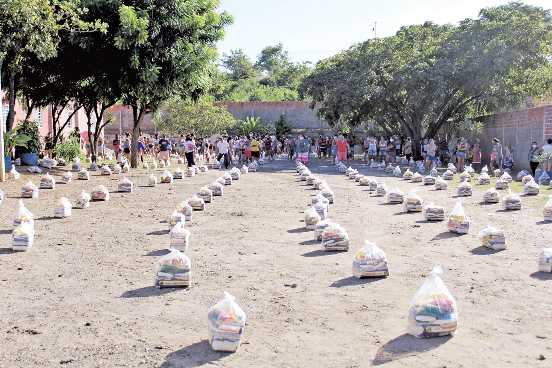 Centro Espírita doa cestas básicas a famílias carentes (Foto: Raissa Morais)