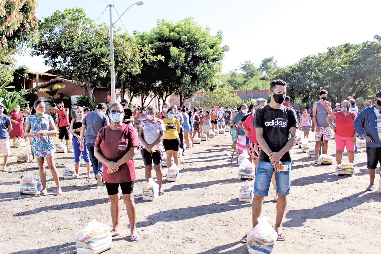 Famílias recebem cestas básicas do Centro Espírita João Nunes Maia (Foto: Raissa Morais)
