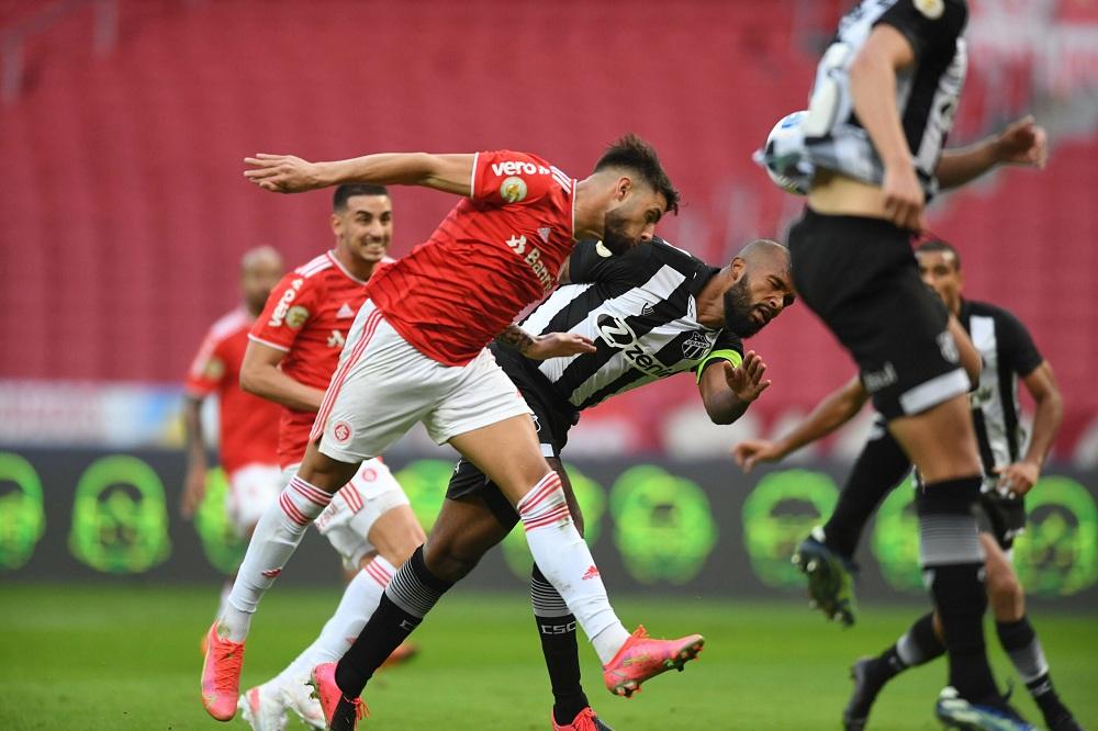Jogo foi bem marcado e temrinou em empate (Ricardo Duarte/Internacional)
