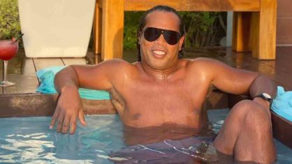 Ronaldinho ostenta em Dubai, mas pode ser preso (Foto: Reprodução)