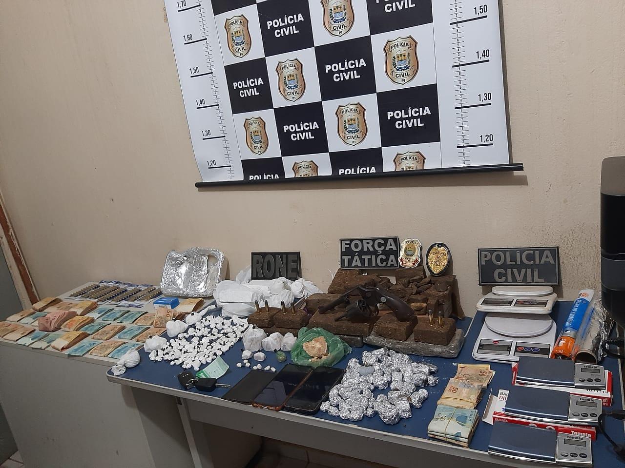 Em Picos foram apreendidos mais de R$ 30 mil em dinheiro, além de materiais para o tráfico de drogas