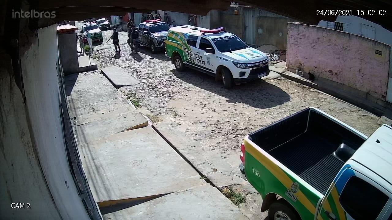 Imagens de câmeras de segurança mostram cerco da Polícia em frente à residência do acusado | FOTO: Reprodução