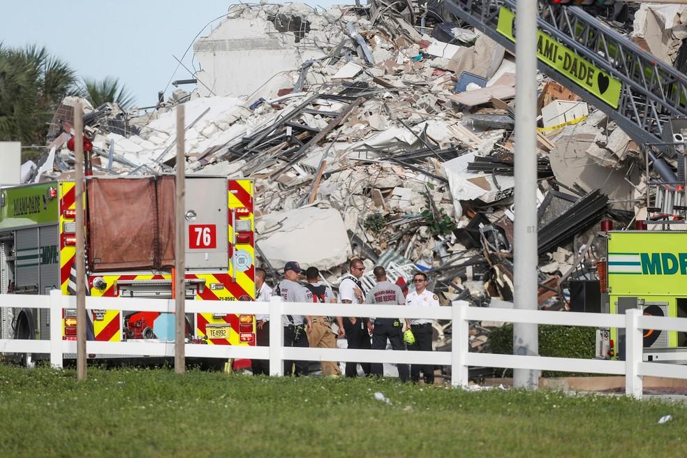 Equipes de resgate perto de escombros do edifício que colapsou parcialmente em Miami em 24 de junho de 2021 — Foto: Octavio Jones/Reuters
