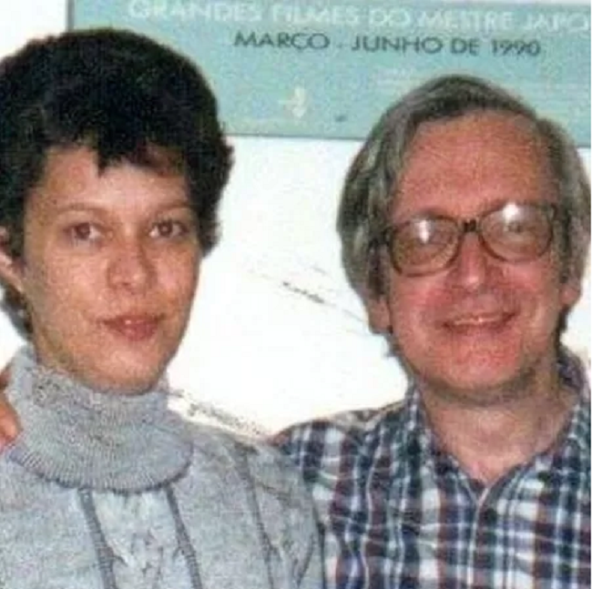 Heloisa de Carvalho, 51, recém-filiada ao PT, com o pai, Olavo de Carvalho, no início dos anos 2000; ela rompeu relações com ele, guru do bolsonarismo - Imagem: Reprodução/Facebook