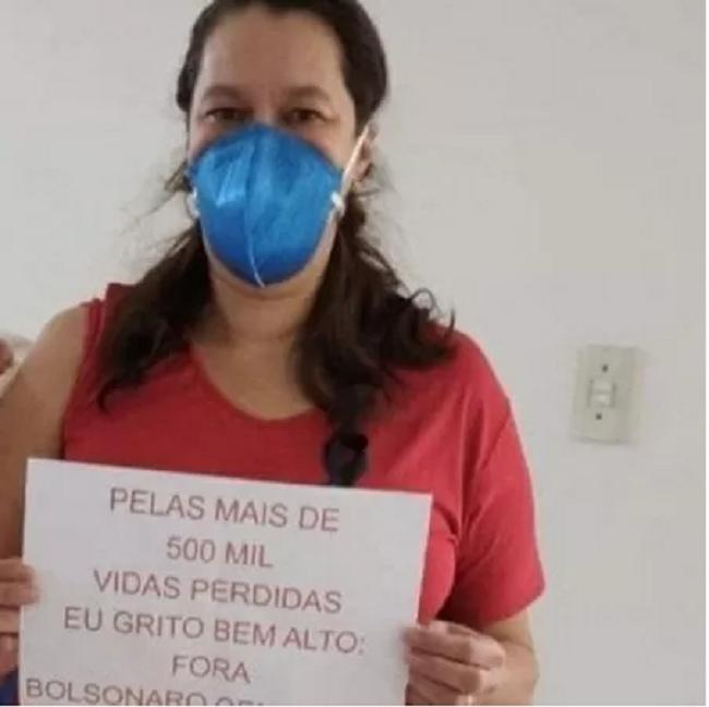 Professora de artesanato, Heloísa conta que decidiu entrar para a política e se filiar ao PT após tomar a vacina contra a covid Imagem: Reprodução/Twitter @Carvalho_A_Helo.