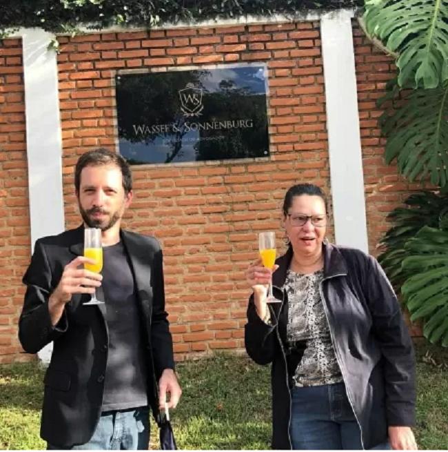 Heloisa celebrou com um amigo a prisão de Fabricio Queiroz em frente à casa onde ele estava escondido em Atibaia (SP) Imagem: Reprodução/Instagram.