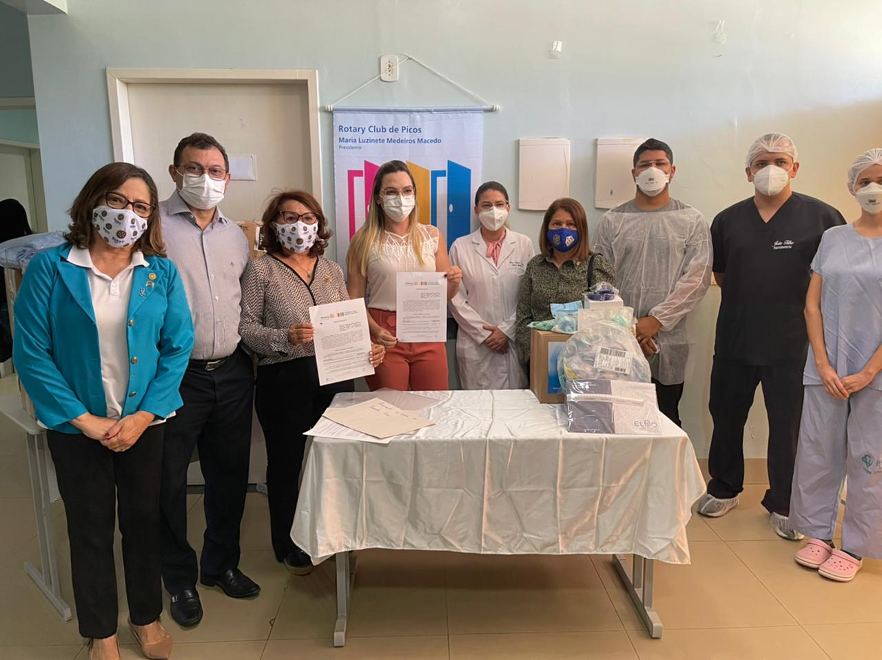 Representantes do Rotary Club fazem doação de capacetes elmos no Hospital Justino Luz, em Picos
