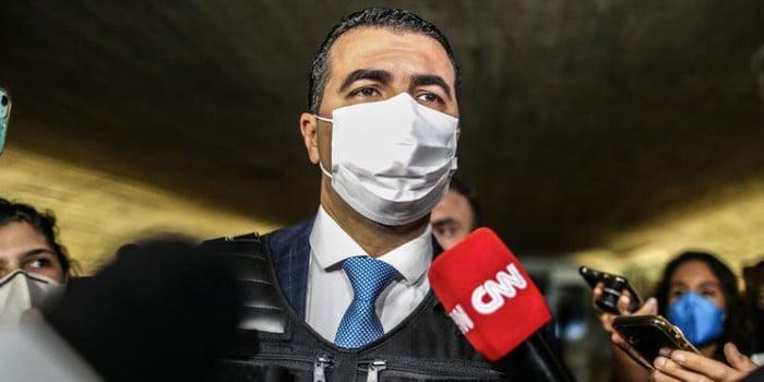 Luís Miranda chega com colete e bíblia para depor na CPI da Pandemia