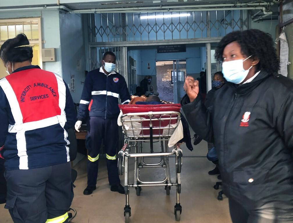 Pacientes com covid-19 chegam ao hospital de Joanesburgo, na África do Sul - Foto: AP Photo