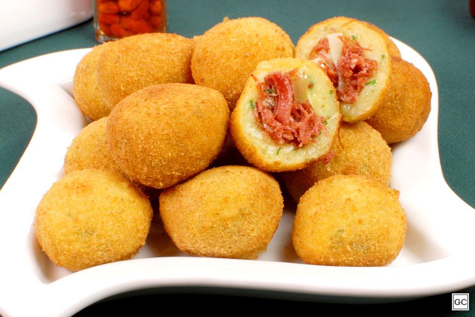 Aprenda a fazer um apetitoso bolinho de mandioca com alho-poró e carne-seca - Imagem 1