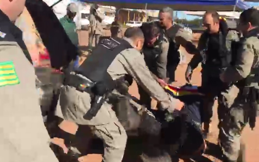 Lázaro Barbosa é carregado pelos policiais e colocado em uma ambulância - Foto: Reprodução