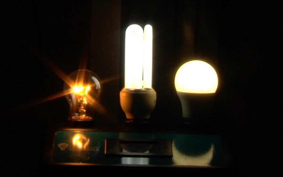 Lâmpada incadescente, fluorescente e de led (esquerda para direita) — Foto: Reprodução/TV Anhanguera