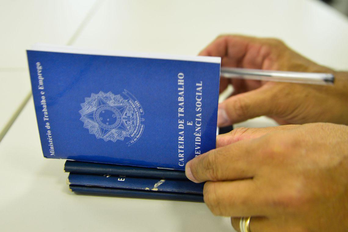 Tanto a taxa quanto o contingente de desocupados mantêm o recorde registrado no trimestre - Foto: Agência Brasil