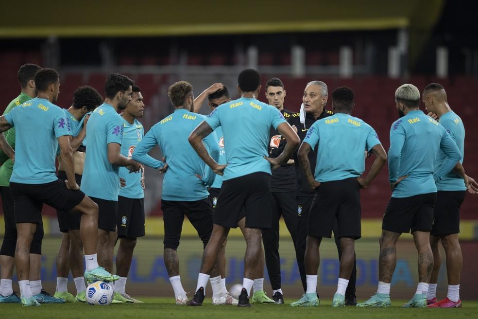 Tite conversa com jogadores escalados para amistosos da Seleção Brasileira. (Foto: Lucas Figueiredo/CBF )
