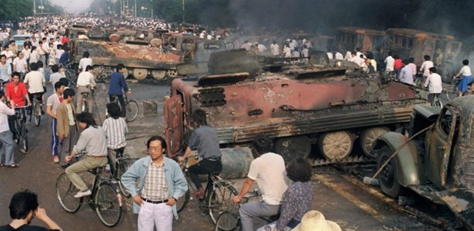 Tanques cercavam os estudantes que protestavam na região - Foto: Reprodução