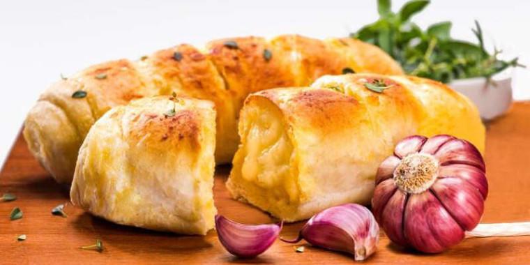 Como fazer pão de alho: receita que vai dar água na boca e combina com tudo