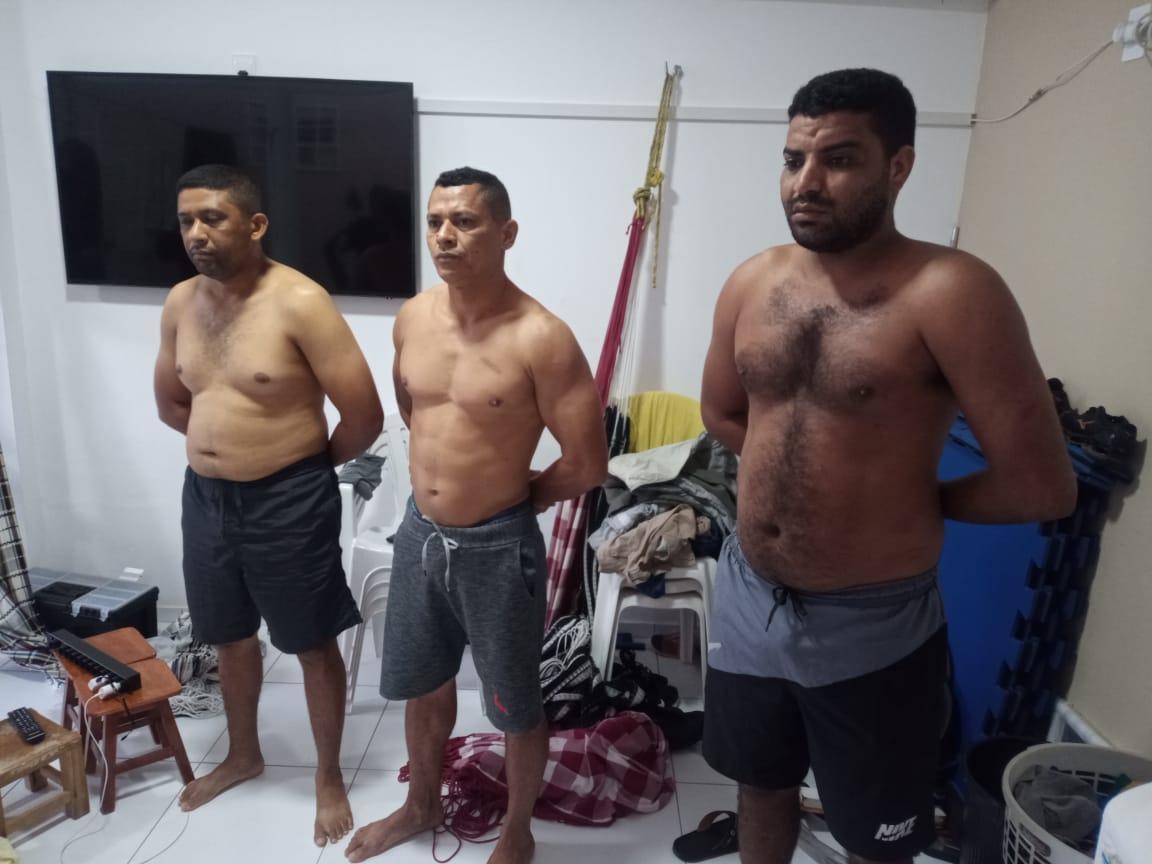 Homens foram presos em uma residência com dinheiro e veículo de luxo - Foto: Divulgação/Polícia Civil
