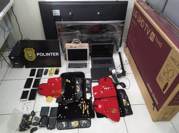 Eletrodomésticos, joias, celulares e dinheiros foram encontrados com os criminosos - Foto: Divulgação/Polícia Civil