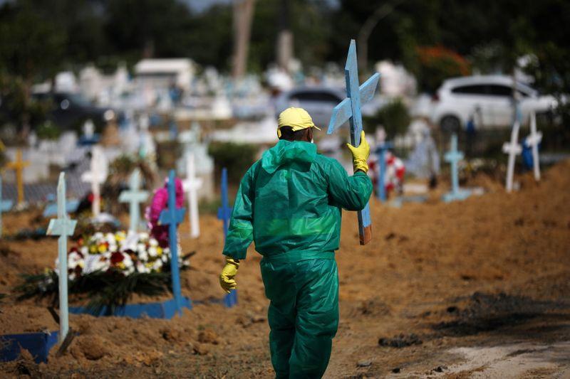 Brasil registra 873 novas mortes por covid em 24h e ultrapassa 473 mil