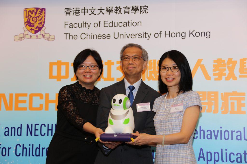 Professora Catherine So Wing-chee (à esquerda) com o robô que promete ajudar crianças com autismo (Foto: Divulgação)