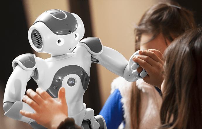 Crianças interagindo com robô (Foto: Divulgação)