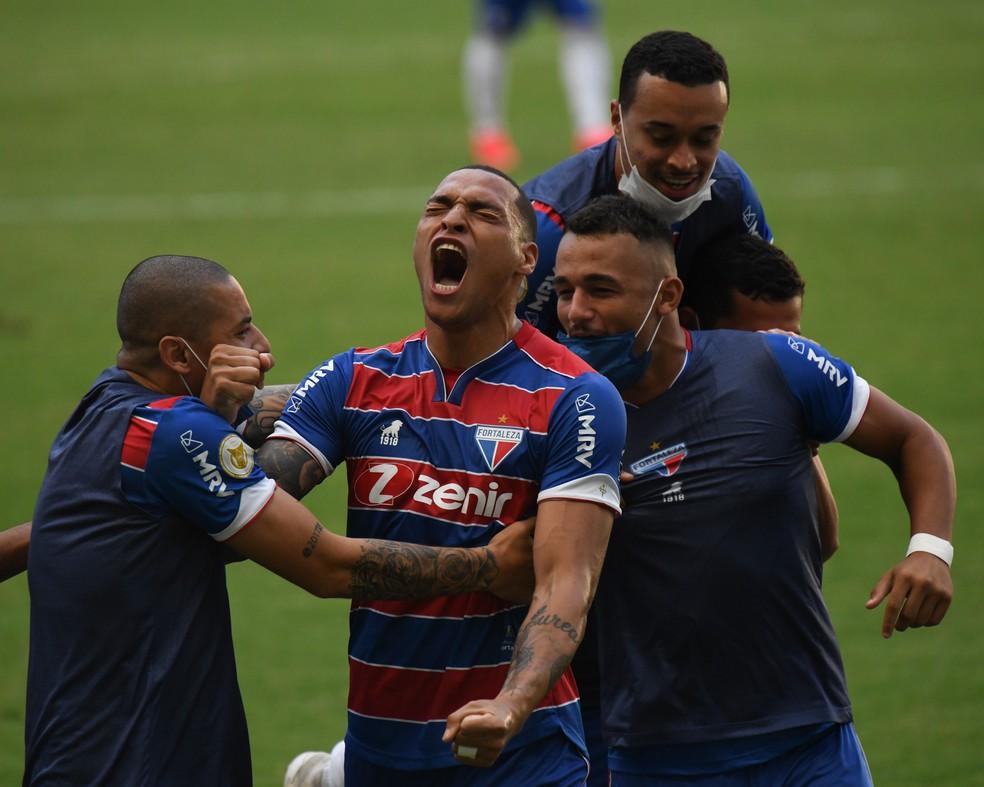Titi comemora gol no jogo entre Fortaleza x Internacional - Foto: Kely Pereira/AGIF