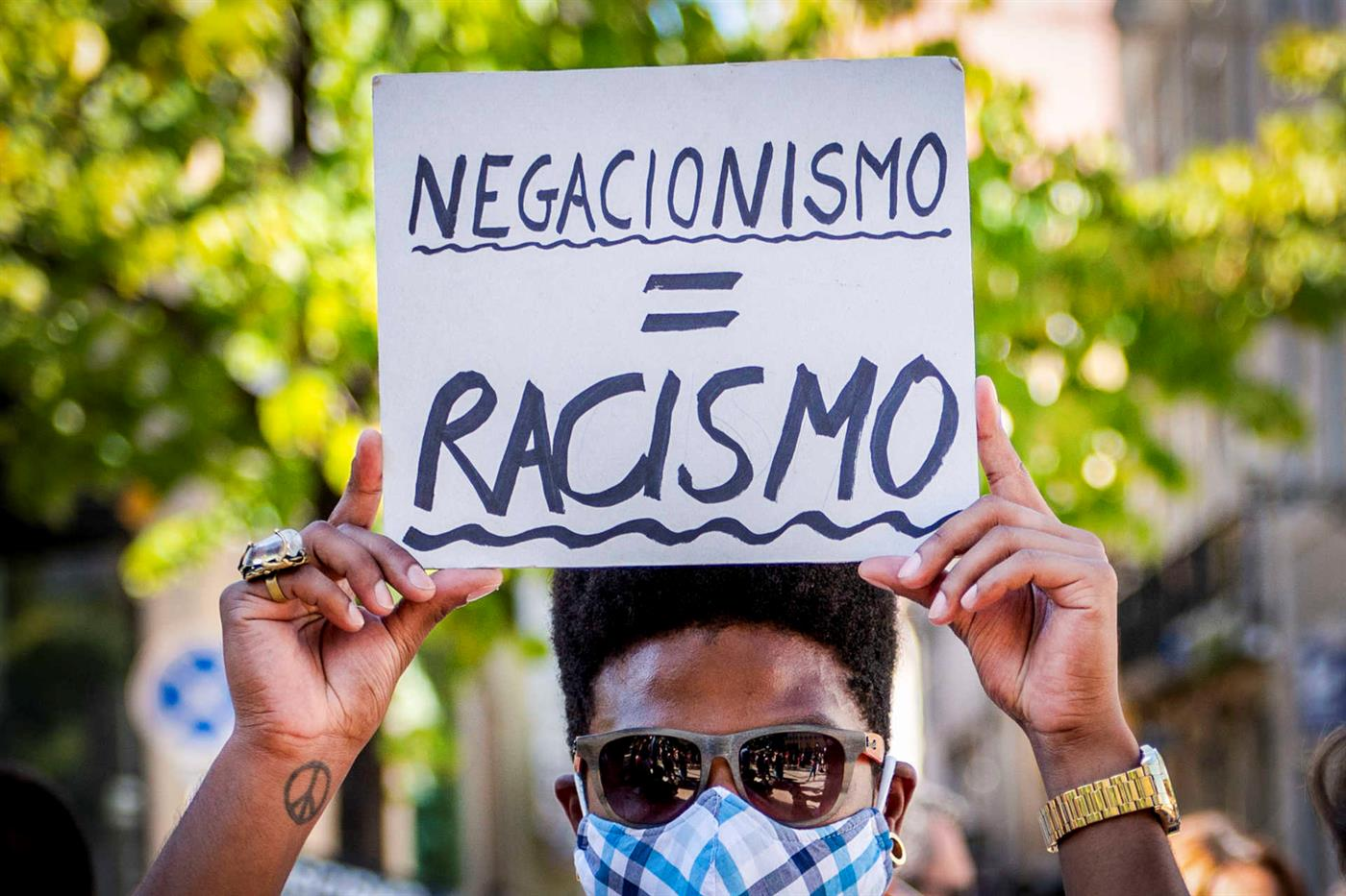 Negacionismo e racismo, tristes realidades para tempos de crise