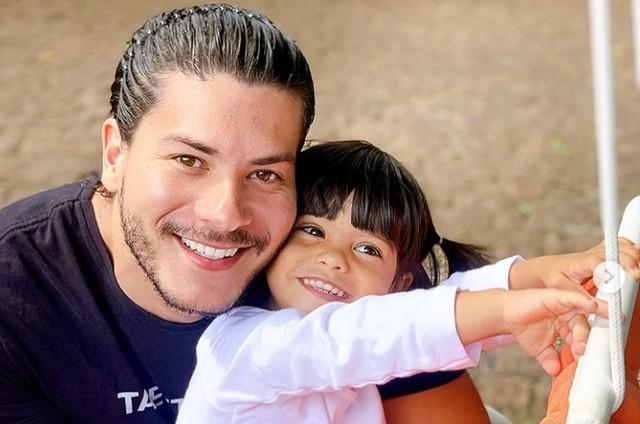 O cantor e sua filha Sophia