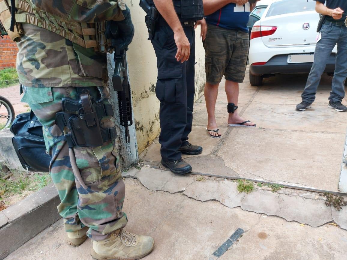 Um dos investigados com mandado de prisão já usava tornozeleira eletrônica - Foto: Divulgação/PF
