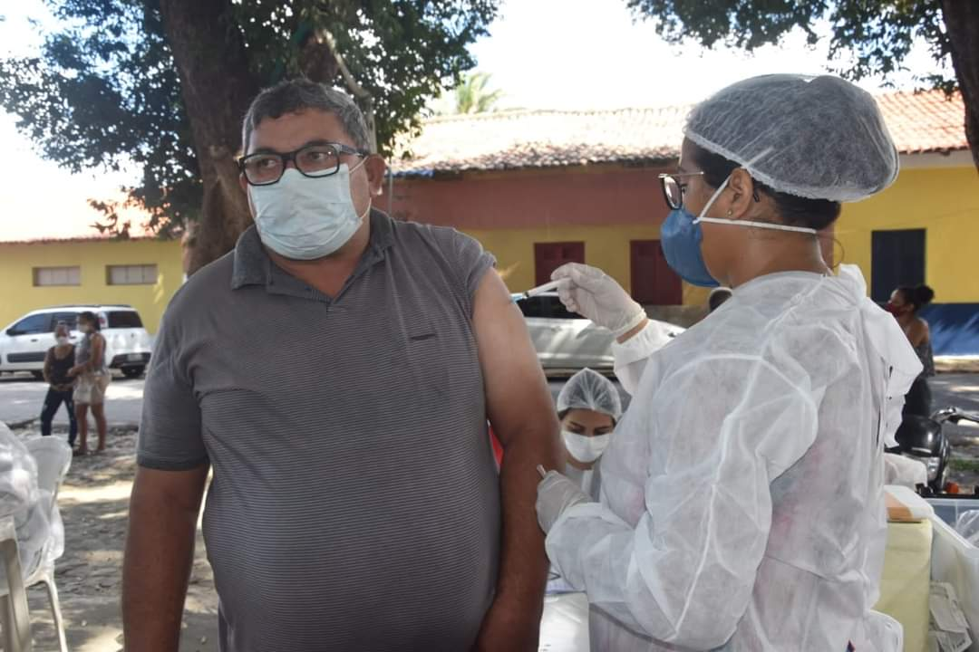 Prefeito João Luiz prestigia o Dia D de vacinação para professores - Imagem 6
